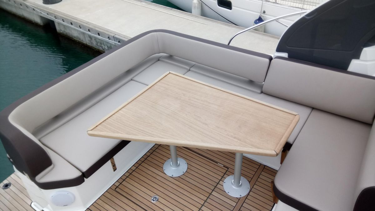 2017 Bavaria S33 Open lowerable cockpit table convertible into solarium