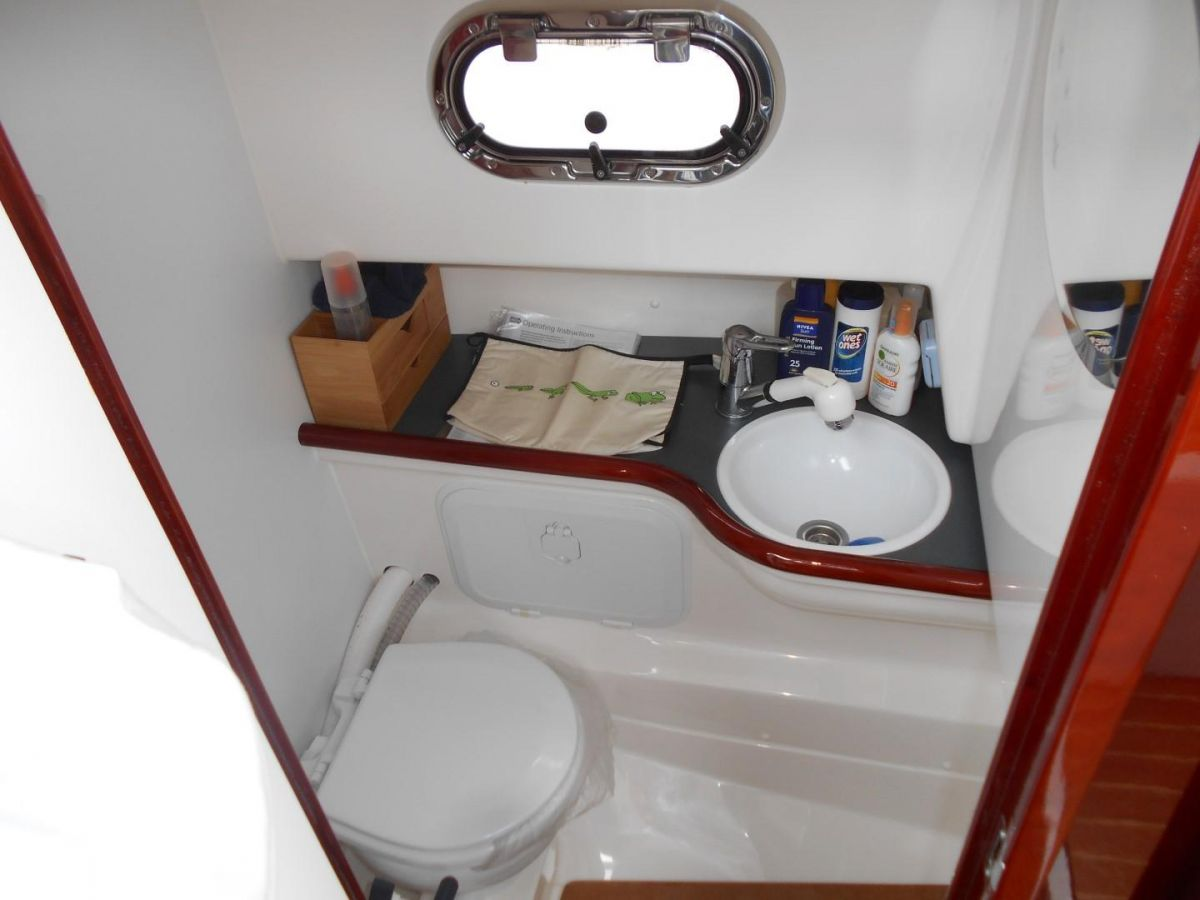 2011 Aquador 25ce Heads Compartment