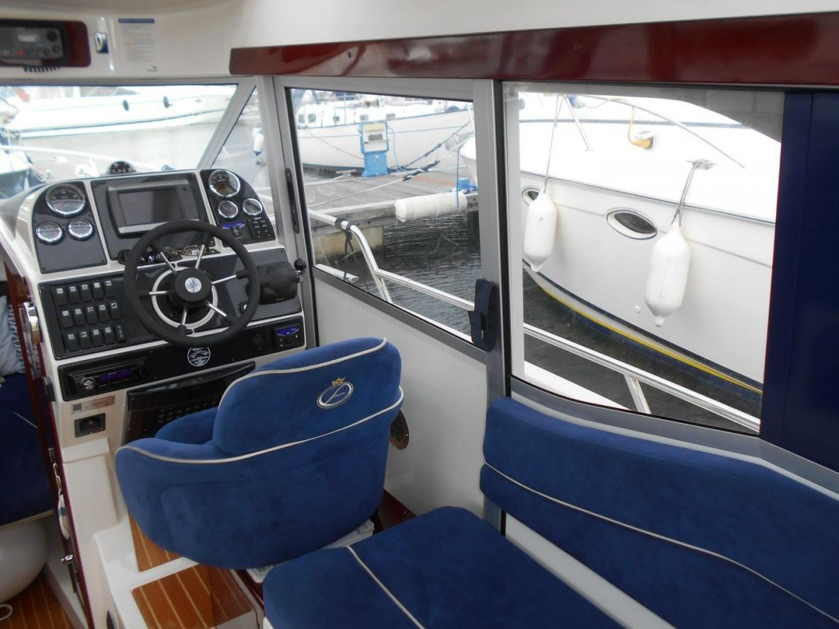 2011 Aquador 25ce Starboard Sliding Door to Deck