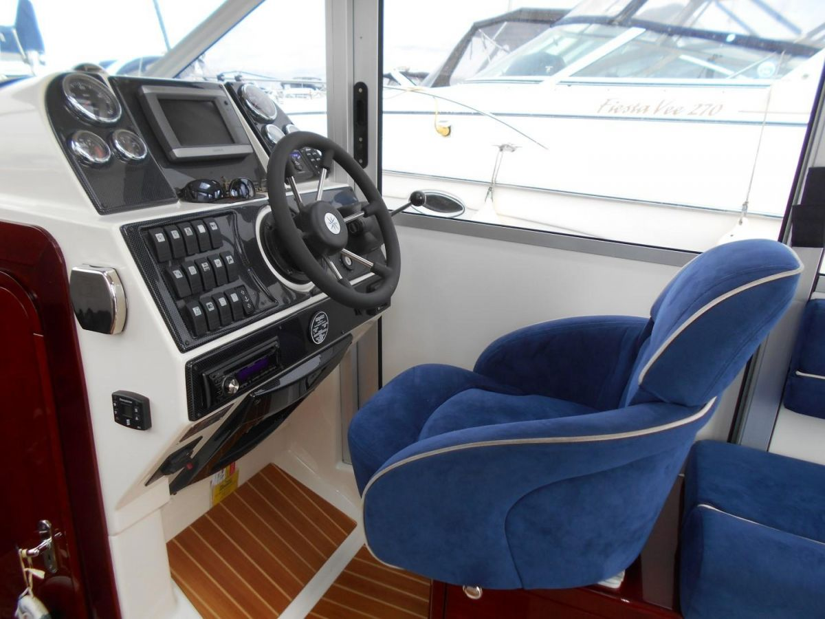 2011 Aquador 25ce Helm Position