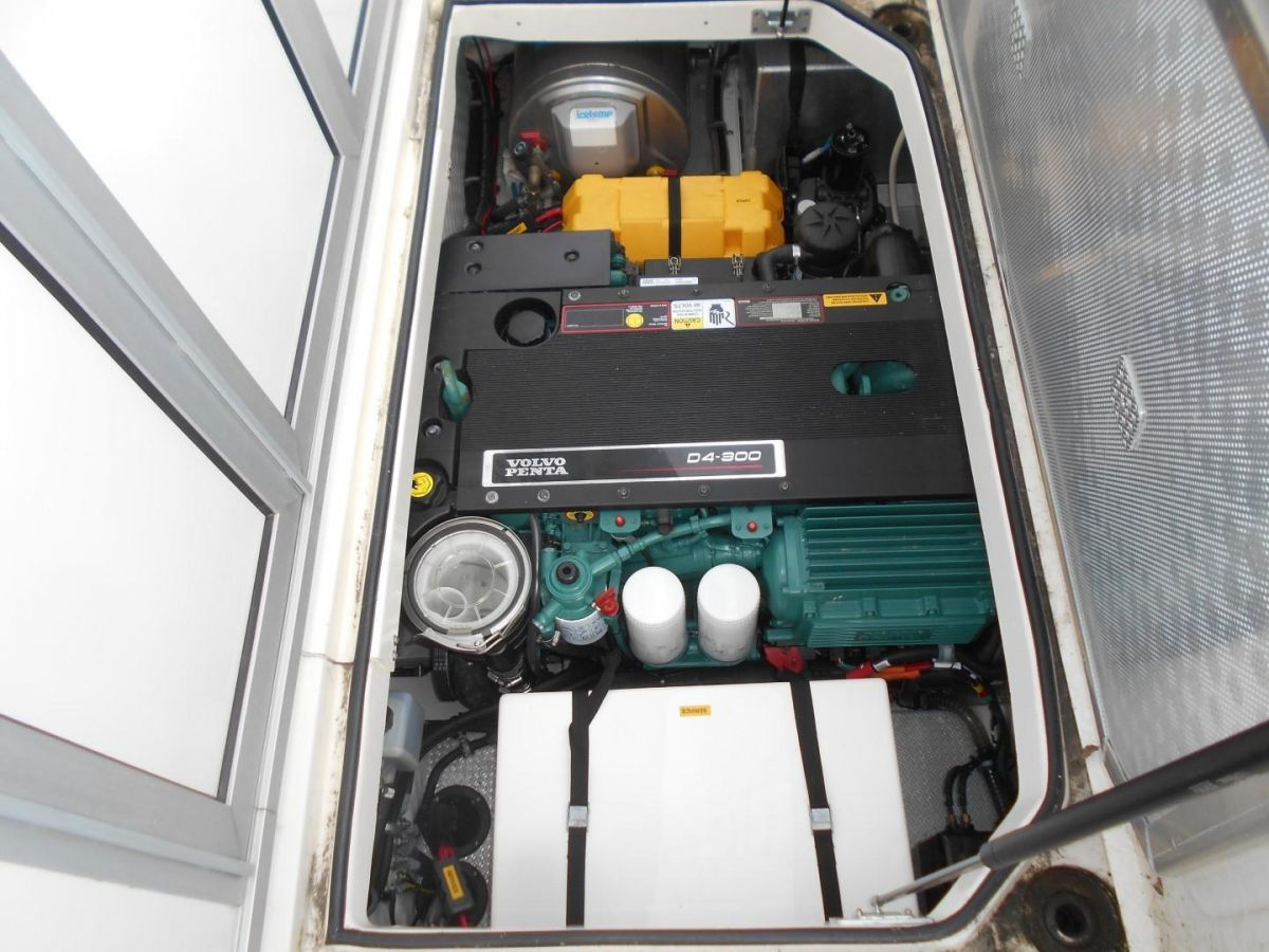 2011 Aquador 25ce Engine Compartment