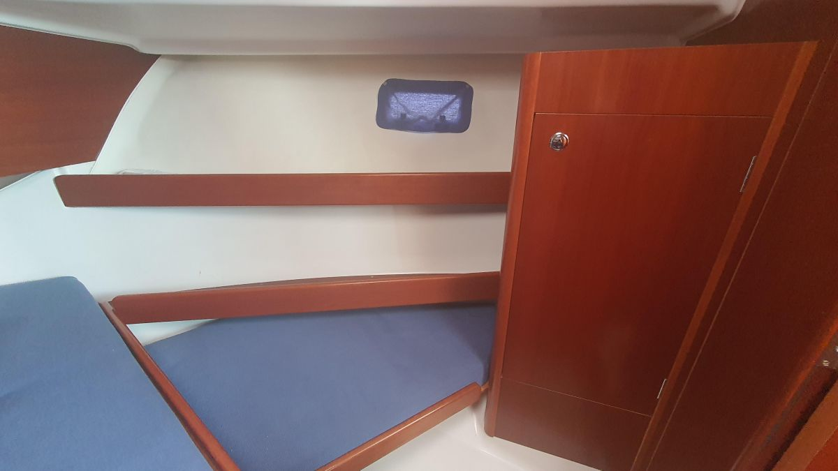 2006 Beneteau Antares 9 Front Cabin