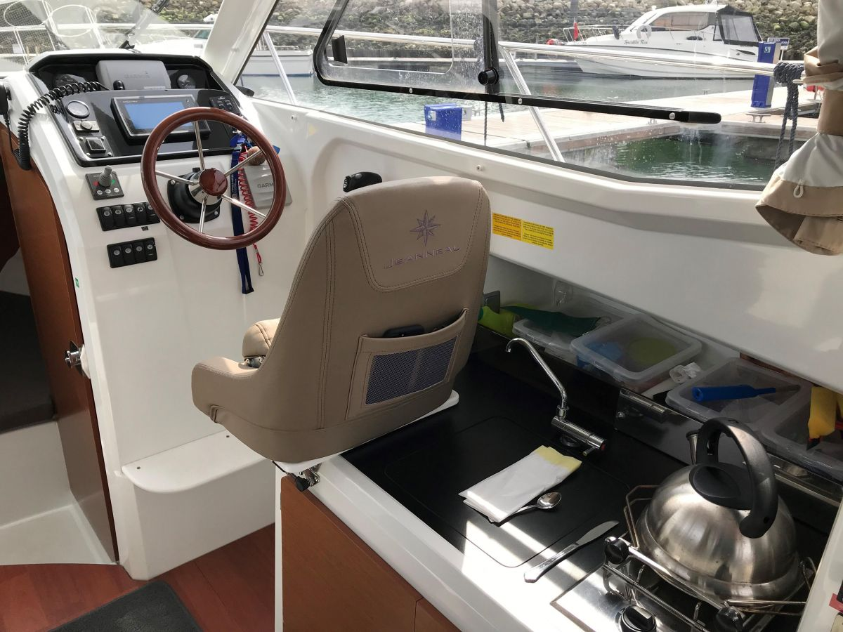 2014 Jeanneau Merry Fisher 755 Helm station