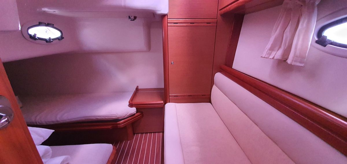 2010 Bavaria 33 Sport Below deck