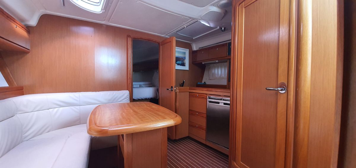 2010 Bavaria 33 Sport Impressive height below deck
