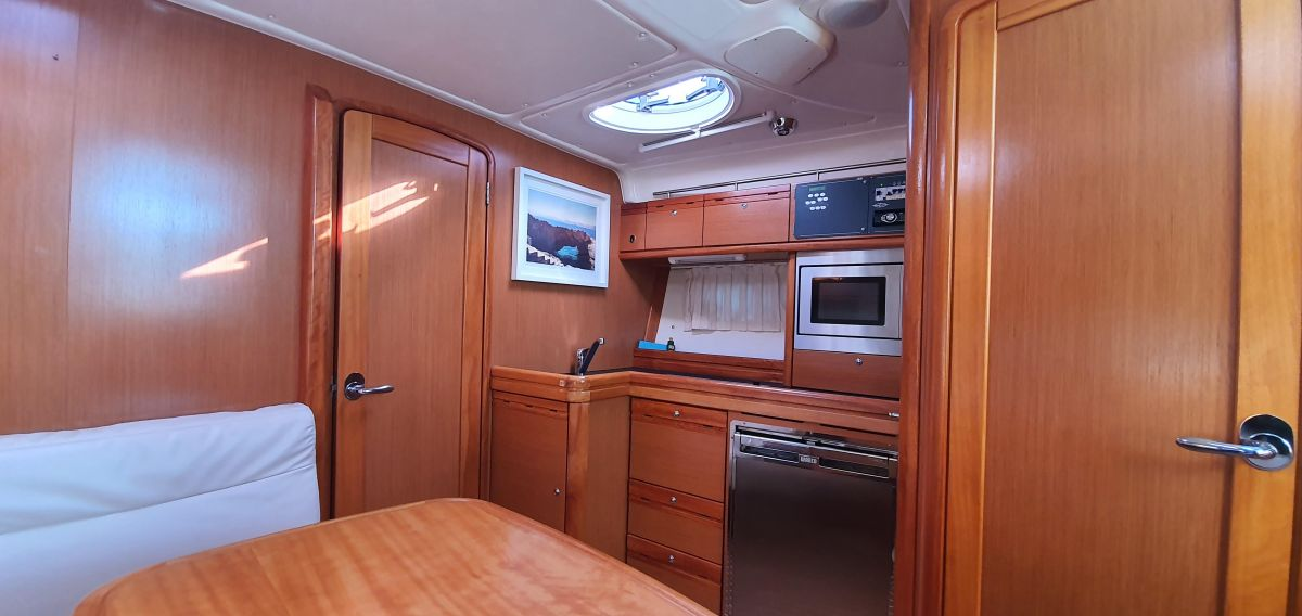2010 Bavaria 33 Sport Saloon & Galley