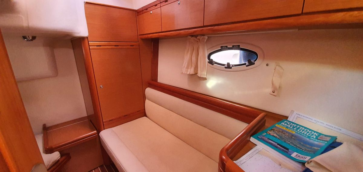 2010 Bavaria 33 Sport Interior wood in perfect condition!
