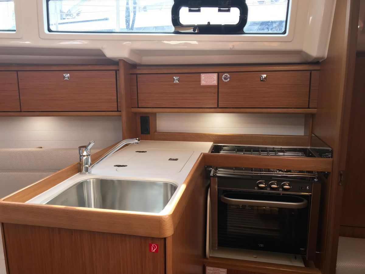 2020 Bavaria Cruiser 34 Galley