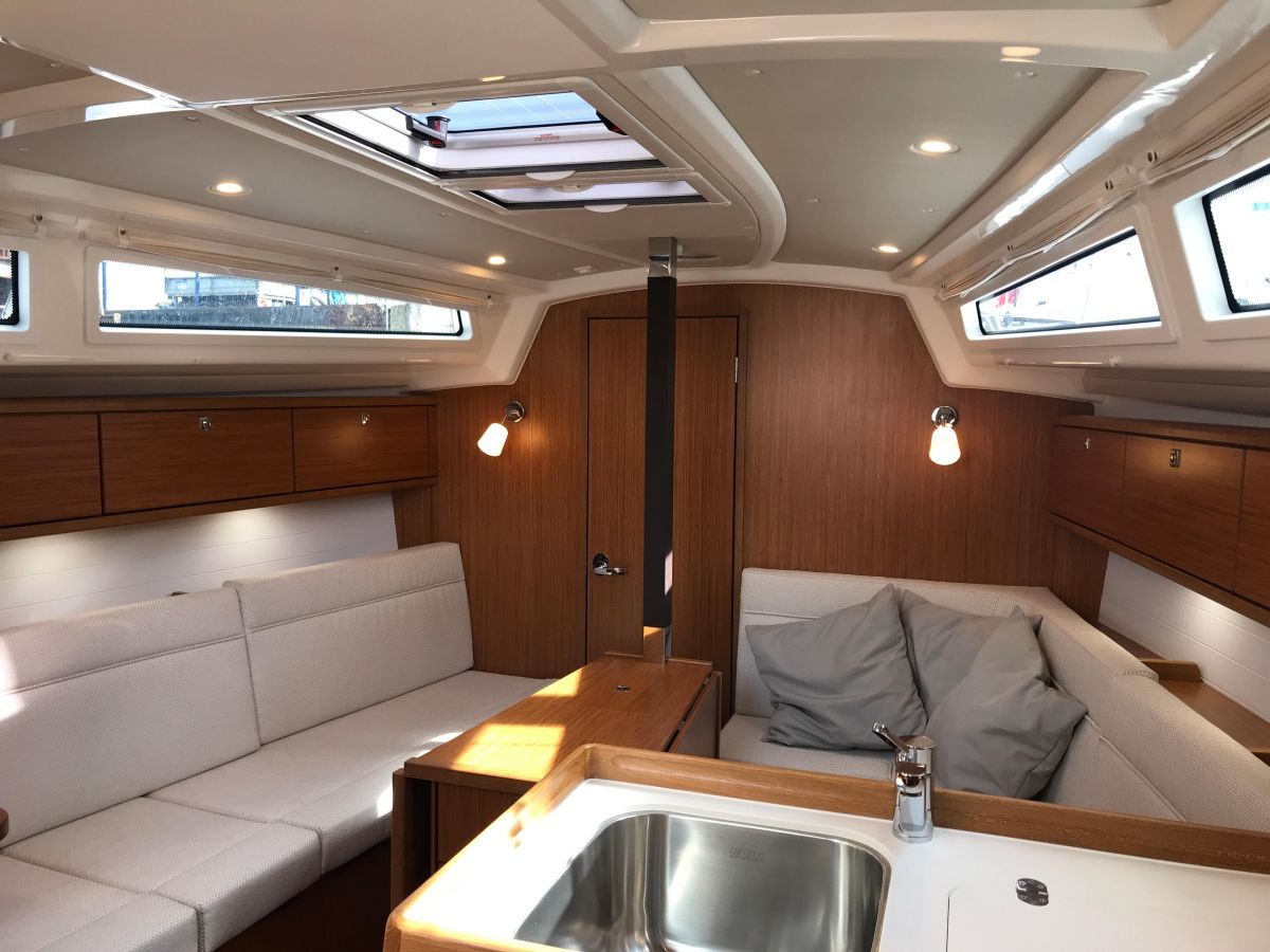 2020 Bavaria Cruiser 34 Below deck