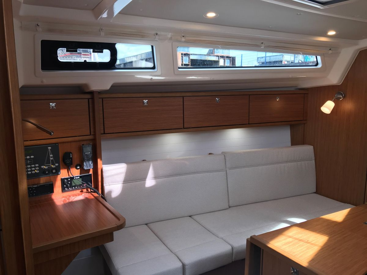 2020 Bavaria Cruiser 34 Settee in saloon transformable into berth