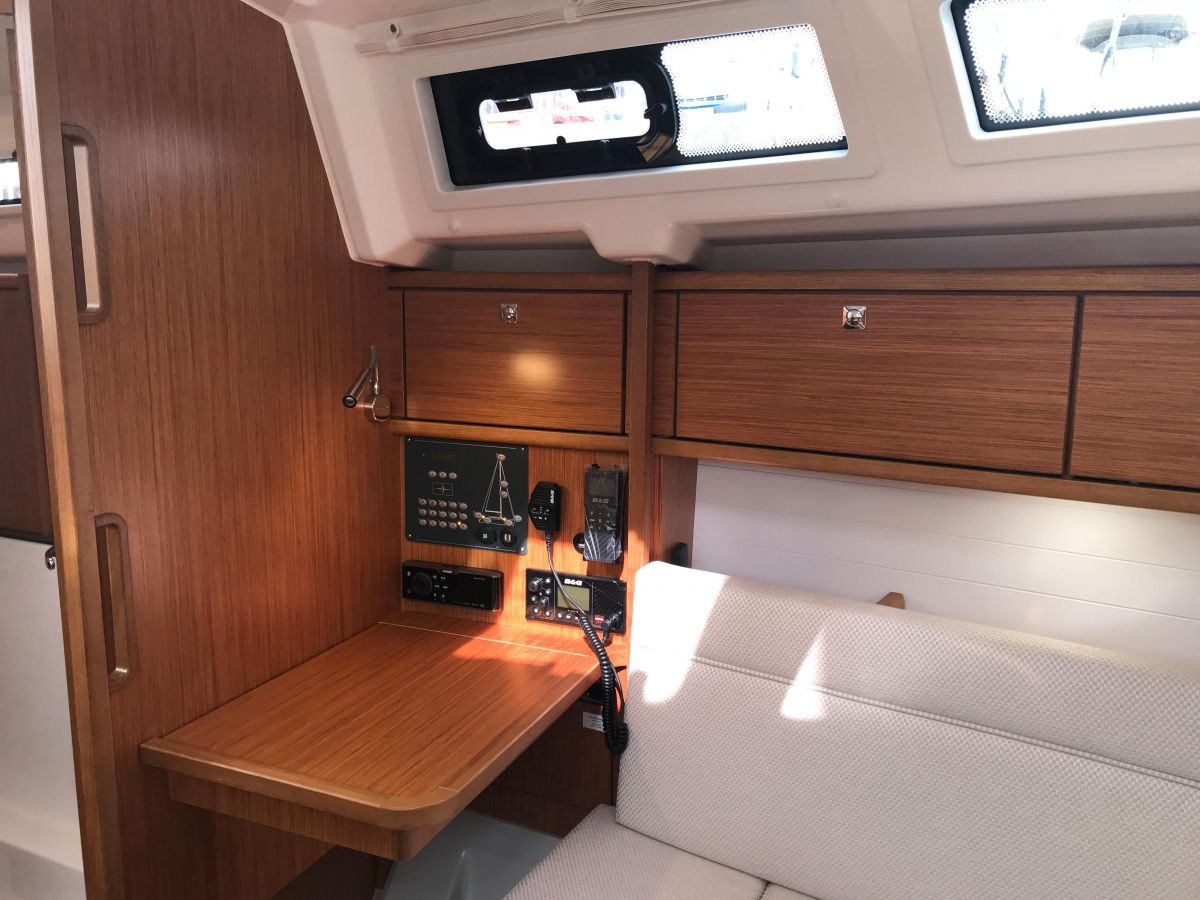 2020 Bavaria Cruiser 34 Chart table /Mesa de cartas
