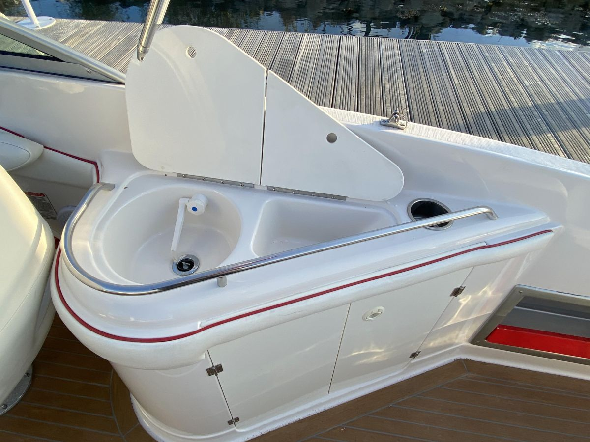 2004 Monterey 268 SC Wet bar