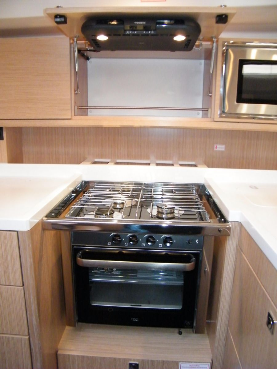 2018 Bavaria C45 Style Cooker with extractor hood