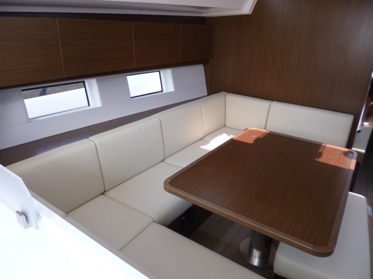 2020 Bavaria C45 Dining table, lowerable, convertible into double berth incl. cushion, electrical