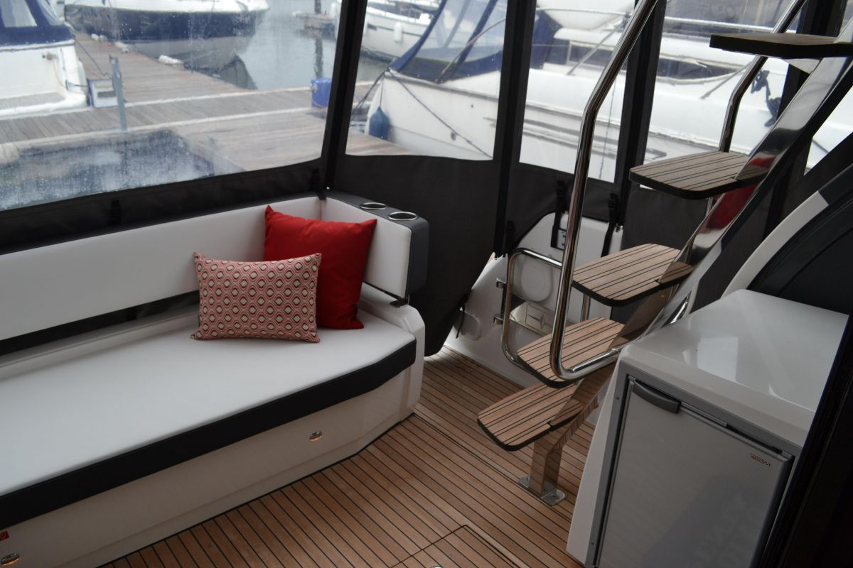 2018 Bavaria R40 Fly R40 Lounge with stairs to fly